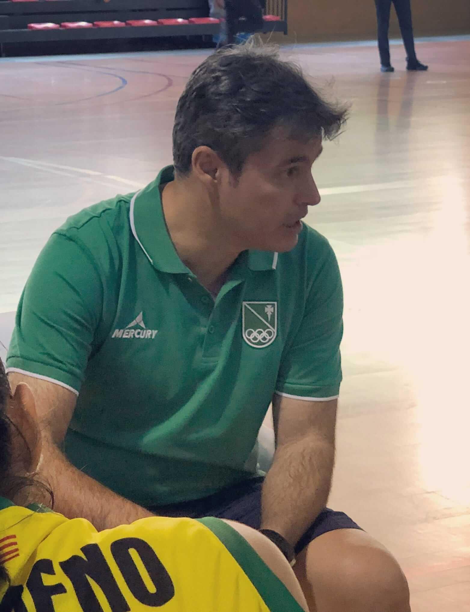 Fabián Téllez dando una charla a sus jugadores
